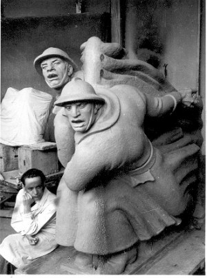 Kipar Augustinčić uz model figuralne grupe za Spomenik palim Šumadincima